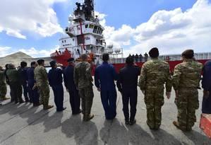 Oficiais da marinha dos EUA acompanham a partida do navio Sophie Siem Siem do porto de Comodoro Rivadavia, na Argentina Foto: Maxi Jonas / AP