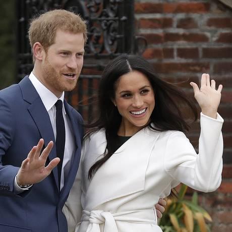 Príncipe Harry e sua noiva, Meghan Markle, posam para fotos nos jardins do Palácio de Kensington, em Londres. Harry e Meghan anunciaram o noivado no dia 27/11 e o casamento está previsto para a primavera de 2018 (outono no Brasil) Foto: Matt Dunham / AP