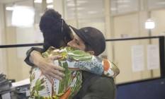Bruno Gagliasso abraça presidente do Instituto Identidades do Brasil (ID-BR), Luana Génot, do qual ele é embaixador. O ator registrou queixa sobre o ataque sofrido pela filha na internet Foto: Antonio Scorza / Agência O Globo