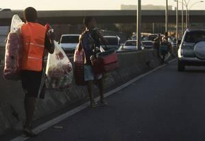 Menores vendedores de biscoito e água na Linha Vermelha Foto: Antônio Scorza