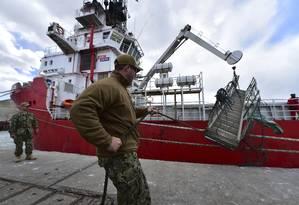 Em Comodoro Rivadavia, equipes americanas ajudam a aprumar o navio Sophie Siem para ajudar nas buscas pelo submarino argentino ARA San Juan Foto: Maxi Jonas / AP