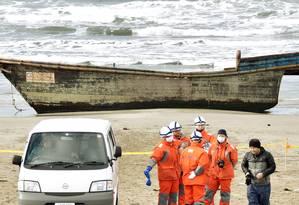 Barco de madeira foi encontrado no domingo, mas autoridades localizaram os esqueletos apenas no dia seguinte Foto: KYODO / REUTERS