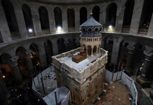 A edícula que protege o que seria o túmulo de Jesus Cristo, no centro da Igreja do Santo Sepulcro Foto: GALI TIBBON / AFP