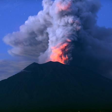 O monte Agung: atividade levou ao fechamento do aeroporto de Bali Foto: SONNY TUMBELAKA / AFP