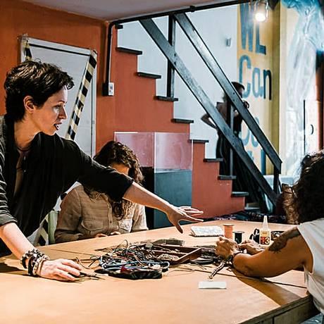 Fernanda Nicolino (de pé), da Odysse, ensinará a produzir bijuterias a partir de lixo eletrônico Foto: Divulgação/Odysse