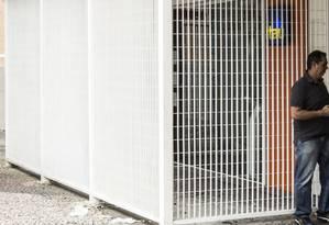 Atrás das grades. Banco instalou aparato sob a marquise do prédio Foto: Hermes de Paula / hermes de paula
