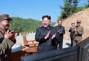 O líder norte-coreano, Kim Jong-un, celebra o teste de um missíl balístico intercontinental em julho de 2017 Foto: STR / AFP