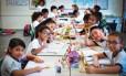 Alunos de diferentes nacionalidades dividem tarefas na escola Infante Dom Henrique, em São Paulo