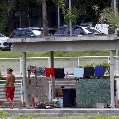 Moradores de rua ocupam o Jardim de Alah Foto: Marcelo Theobald / Agência O Globo