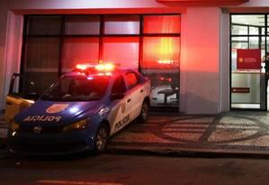 Carro da PM em frente à agência na Rua México, no Centro Foto: Paulo Nicolella / Agência O Globo