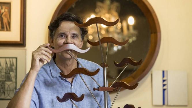Roberto Campos Rodrigues mostra algumas peças que são leiloadas Foto: Ana Branco / Agência O Globo