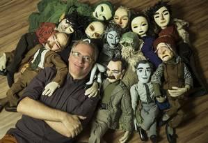 Miguel Vellinho e algumas de suas criações, que são verdadeiros xodós Foto: Guito Moreto / Agência O Globo