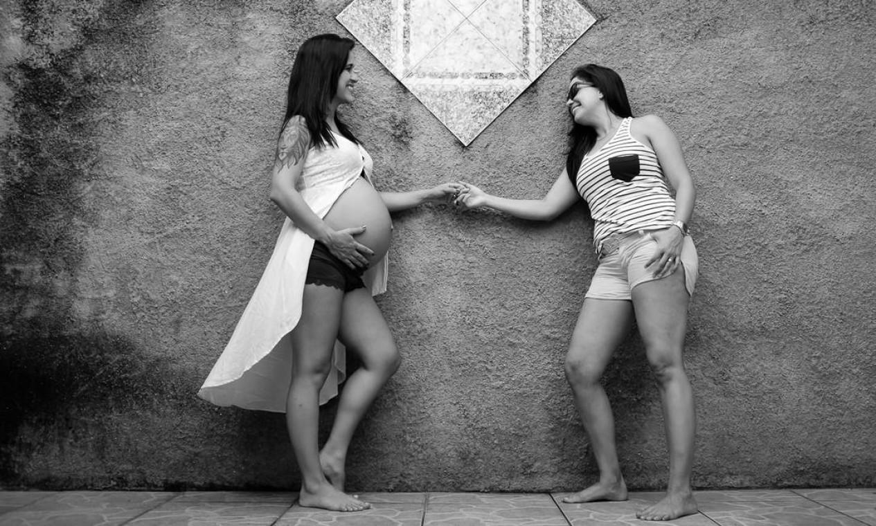 Especializadas em clicar casais, famílias e a cultura LGBT em geral, as fotógrafas Tata Barreto e Renata Ferrer acompanharam o cotidiano de dez famílias, capturando um pouco da convivência entre pais (ou mães) e filhos. Foto: Divulgação