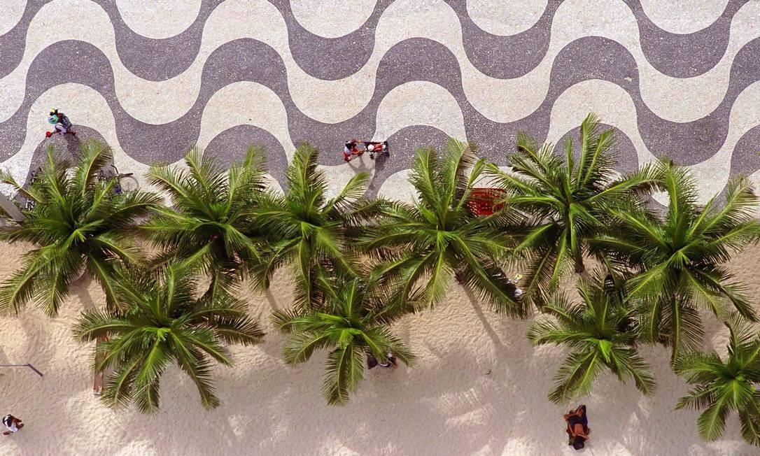 A Praia de Copacabana, com seu calçadão de pedras portuguesas em ondas aparece em primeiro lugar no top cinco das praias do Rio entre usuários do Instagram no Brasil Foto: Custódio Coimbra / O Globo