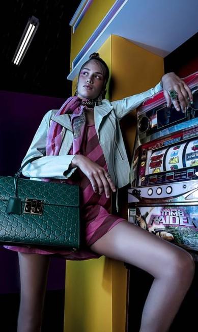 Kethelen usa vestido Animale; jaqueta Ateen; lenço e bolsa Gucci; anéis e brincos Amsterdam Sauer Beto Gatti