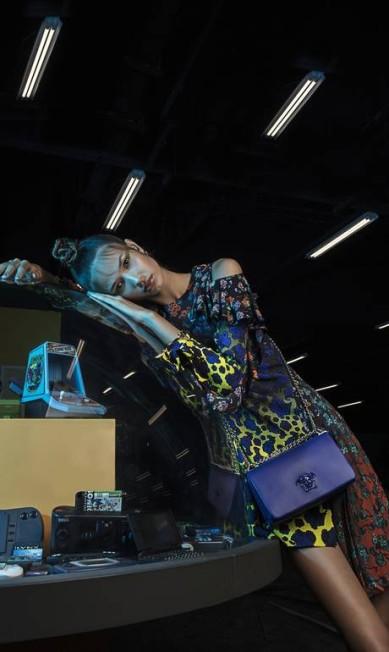 Vitoria usa vestido, bolsa e brincos Versace; bracelete Tiffany & Co Beto Gatti