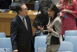 Representante dos EUA, Nikki Haley fala com o embaixador sul-coreano na ONU, Cho Tae-yul, antes de reunião no Conselho de Segurança Foto: Mary Altaffer / AP