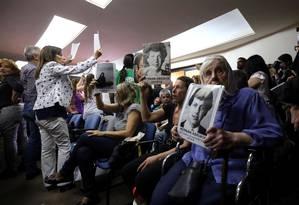 Manifestantes, dentre eles as Mães da Praça de Maio, exibem cartazes com imagens de vítimas da ditadura argentina Foto: MARCOS BRINDICCI / REUTERS