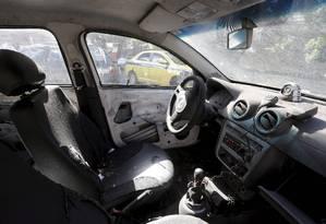 O interior destruído de um carro da PM Foto: Domingos Peixoto / Agência O Globo