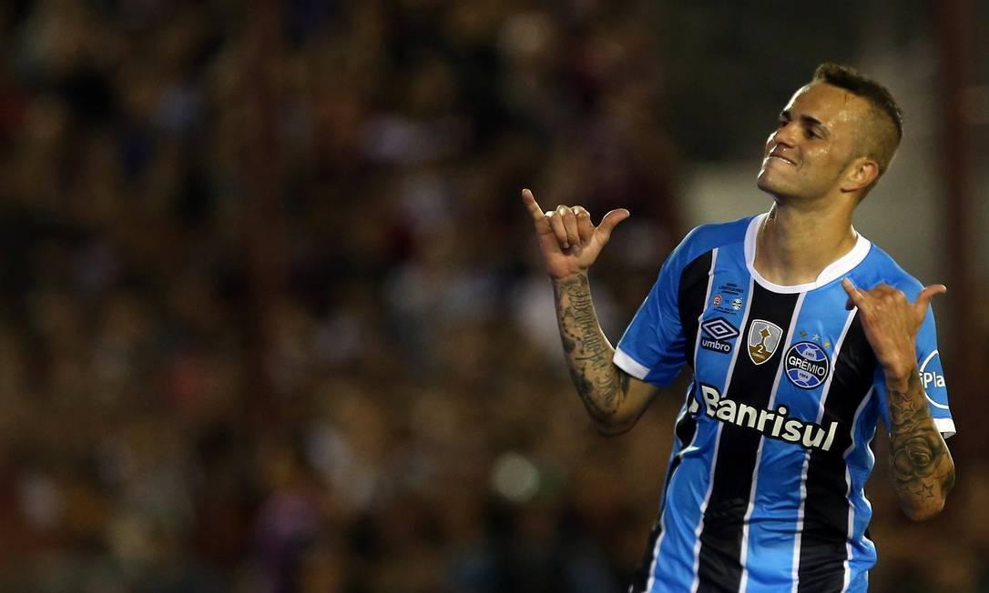 Luan comemora o segundo gol do Grêmio contra o Lanús Foto: AGUSTIN MARCARIAN / REUTERS