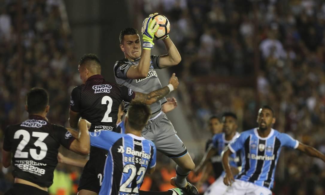 O goleiro Marcelo Grohe se antecipa ao ataque do Lanús Foto: Esteban Felix / AP