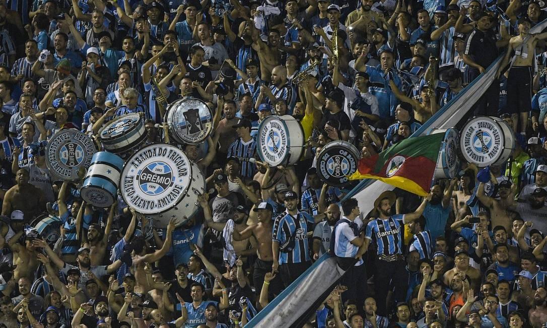 A torcida gremista presente em grande número ao Estádio La Fortaleza Foto: JUAN MABROMATA / AFP