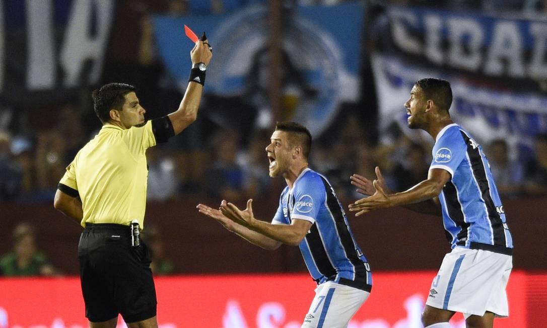 Nos minutos finais, o gremista Ramiro foi expulso Foto: Gustavo Garello / AP