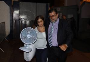 A ex-governadora do Rio Rosinha Garotinho deixa a cadeira José Frederico Marques, em Benfica, com o advogado Foto: Paulo Nicolella / Agência O Globo