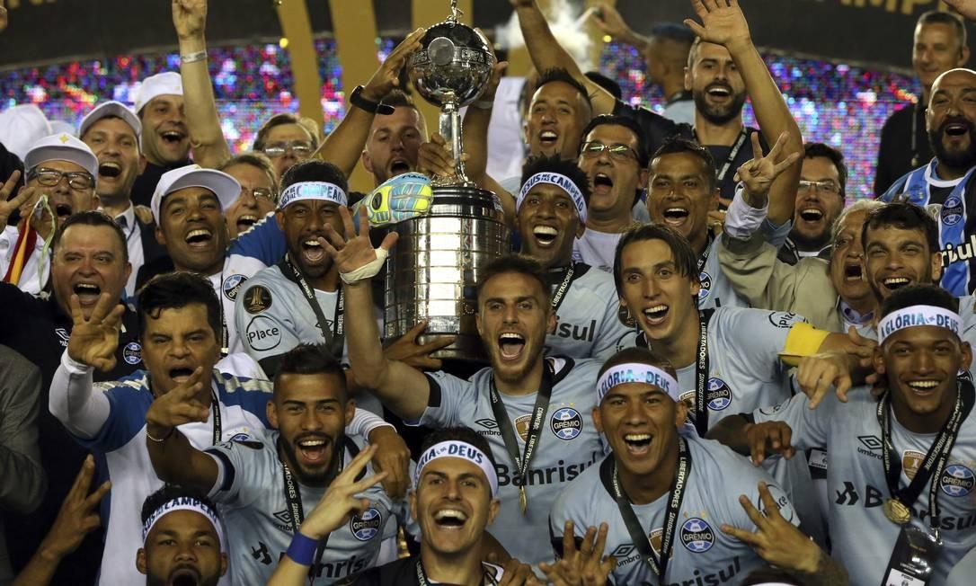 O time do Grêmio comemora a conquista da Libertadores da América Foto: Esteban Felix / AP
