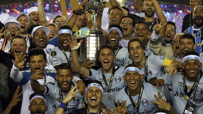 O time do Grêmio comemora a conquista da Libertadores da América Foto   Esteban Felix   b7644e146ea3f
