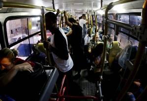 Passageiros em ônibus no Rio Foto: Marcelo Theobald em 14/11/2017 / Agência O Globo