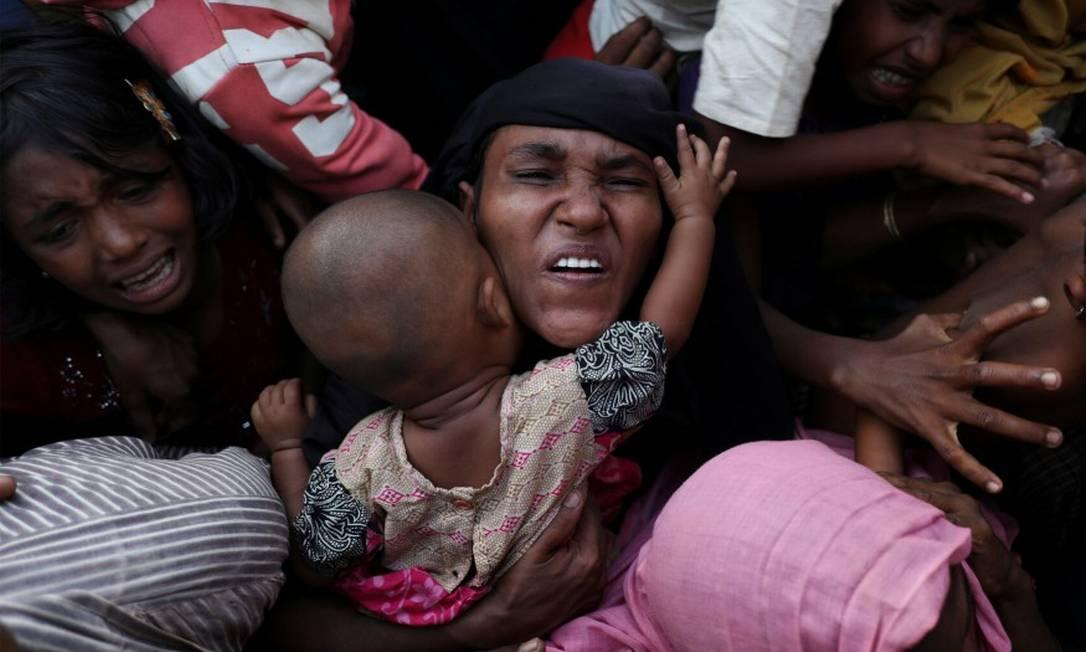Jovens refugiadas rohingyas tentam receber comida em acampamento improvisado de Bangladesh Foto: SUSANA VERA / REUTERS