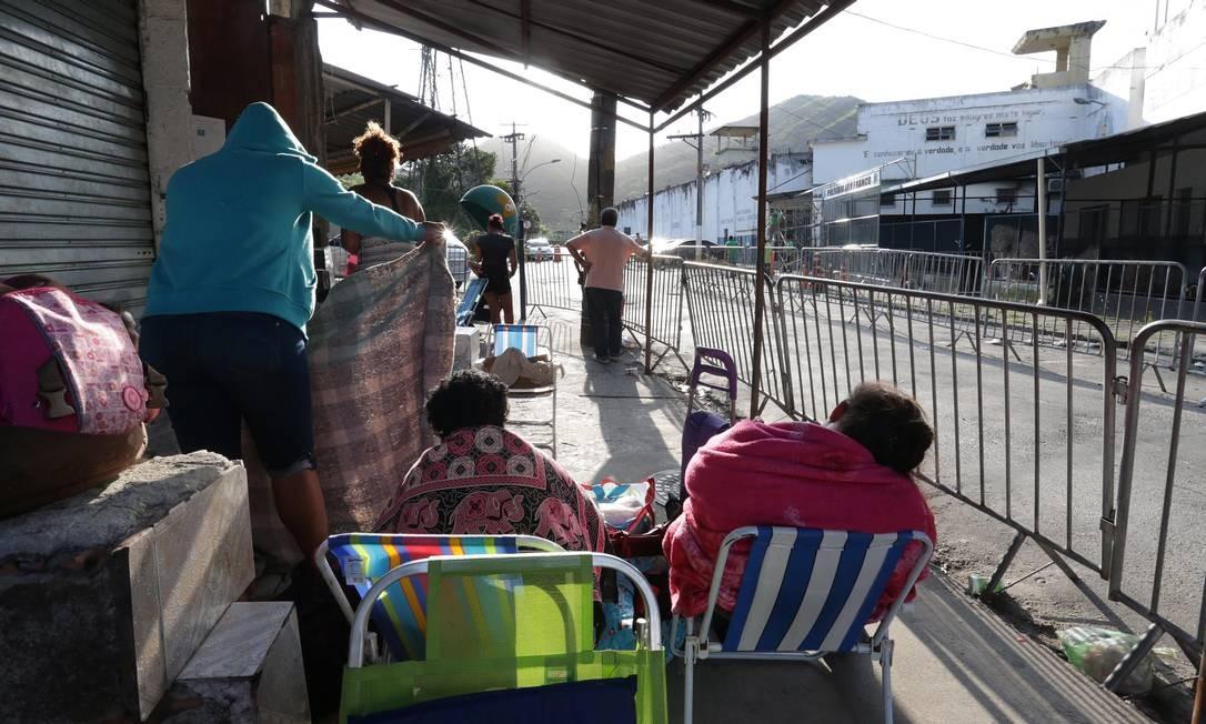 Parentes dormem na fila para visitar presos no Presídio Ary Franco, em Água Santa Foto: Marcio Alves / Agência O Globo