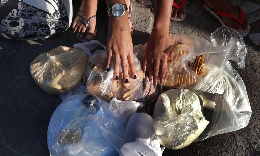 Em Água Santa, comidas entram dentro de saco plástico Foto: Marcio Alves / Agência O Globo