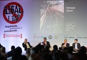 """Luís Fernando Paroli (o segundo da esquerda para a direita) fala durante o seminário: """"Em inspeções, já encontramos mansões com mais de 500 metros quadrados com 'gatos'. Isso é inadmissível"""" Foto: Roberto Moreyra"""