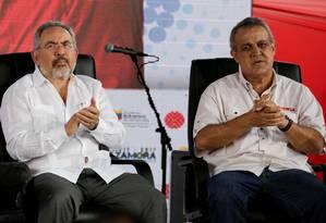 O então ministro de Petróleo da Venezuela, Nelson Martínez (à esq.), e o então presidente da petroleira estatal PDVSA, Eulogio del Pino, participam de cerimônia de nomeação de diretores da companhia em Caracas Foto: Marco Bello / REUTERS
