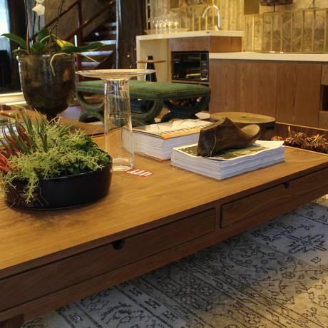 Composição. O preço da mesa de centro madeira da D'Gallery, instalada no ambiente Estar Íntimo, passou de R$ 6.465 para R$ 5.200 Foto: sdfsadf