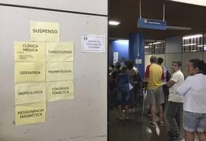 Avisos no setor de marcação de consulta indicam os serviços suspensos Foto: Márcia Foletto / Agência O Globo