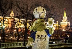 Mascote da Copa faz pose em frente ao Kremlim, em Moscou Foto: MLADEN ANTONOV / AFP