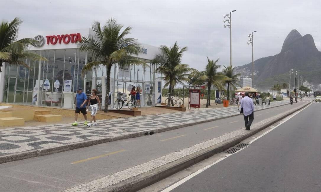 Entre coqueiros. Espaço da Toyota na orla, que é tombada: Inepac deu 48 horas para desmonte Foto: Guilherme Pinto / Agência O Globo