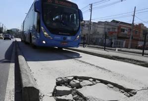 Um buraco no meio da pista prejudica a circulação em Vicente de Carvalho Foto: Guilherme Pinto / Agência O Globo