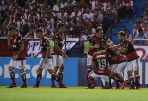 Viezu é abraçado ao fazer o gol em Barranquilla Foto: Gilvan de Souza