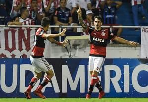 Lucas Paquetá comemora com Vizeu, autor de dois gols contra o Junior Foto: LUIS ACOSTA / AFP