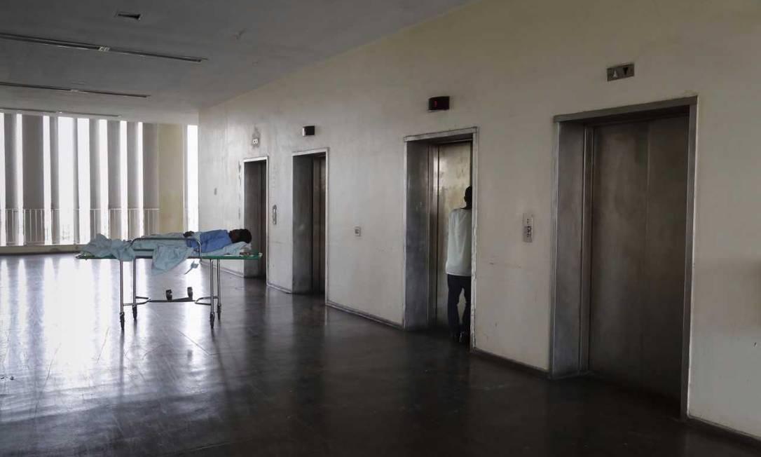 No Hospital Clementino Fraga Filho, na Ilha do Fundão, Maqueiro grita por elevador para conseguir levar paciente para atendimento Foto: Márcia Foletto / Agência O Globo