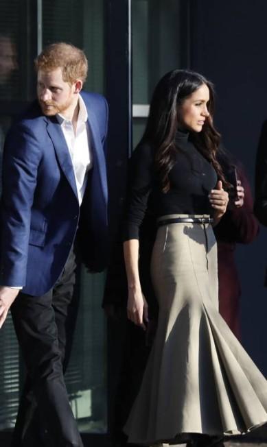"""Por baixo do casaco, a futura """"princesa Harry de Gales"""" usou blusa de gola rolê e saia midi creme da Joseph. Quem quiser uma igual, precisa correr e desembolsar £595 (R$ 2,6 mil) Frank Augstein / AP"""