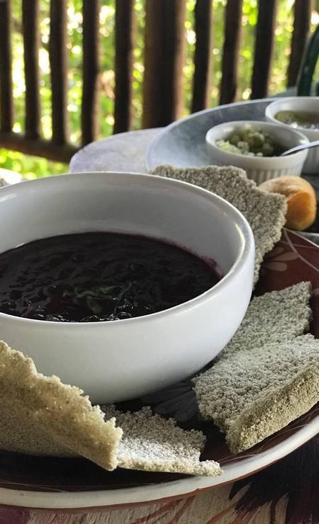 No Aprazível, um dos pratos amazônicos mais legais é o guacamole (R$ 39) com creme do ASA açaí (Ação Sustentável da Amazônia), castanha de caju, coentro, cebola roxa, pimentão e limão, servido com biju de tapioca de jambu. Rua Aprazível 62, Santa Teresa (2508-9174). Foto: Divulgação