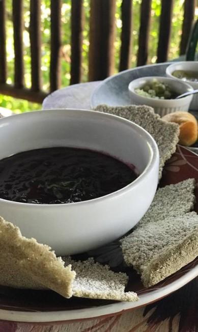 No Aprazível, um dos pratos amazônicos mais legais é o guacamole (R$ 39) com creme do ASA açaí (Ação Sustentável da Amazônia), castanha de caju, coentro, cebola roxa, pimentão e limão, servido com biju de tapioca de jambu. Rua Aprazível 62, Santa Teresa (2508-9174). Divulgação