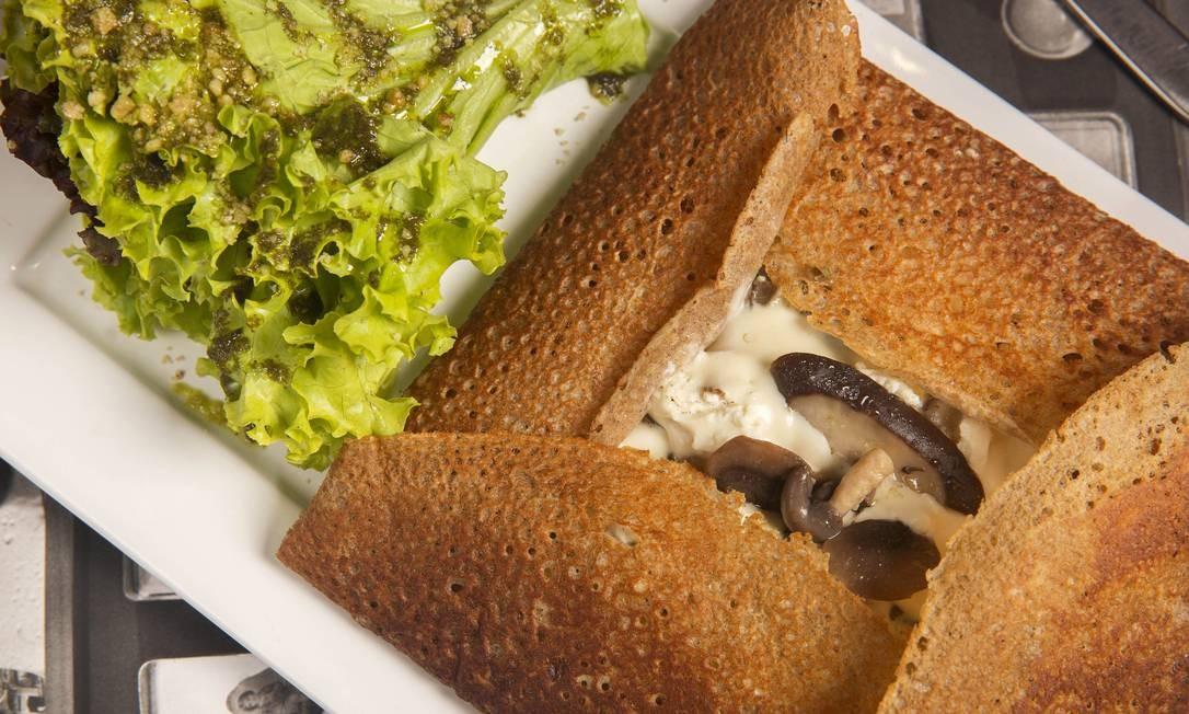 Amélie Creperie. Os crepes da casa são preparados com trigo sarraceno (rico em amido), assim como na região da Bretanha, na França. O Le Marais, por exemplo, é recheado com champignon, shitake, shimeji, molho de alho e queijo de cabra (R$ 49,50). Praia de Botafogo 400 (3557-2976). Diariamente, do meio-dia às 23h30m. Beto Roma / Divulgação