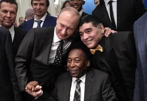 O presidente russo, Vladimir Putin, posou ao lado de Pelé e Maradona Foto: ALEXEY NIKOLSKY / AFP
