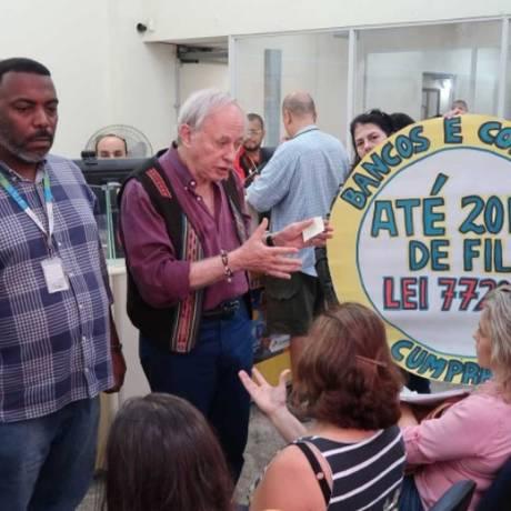 O deputado Carlos Minc (centro) e integrantes da Comissão Especial da Alerj durante vistoria na agência dos Correios do Largo do Machado Foto: Divulgação